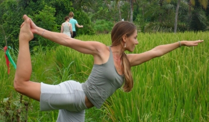 5 motive sa practici yoga descult